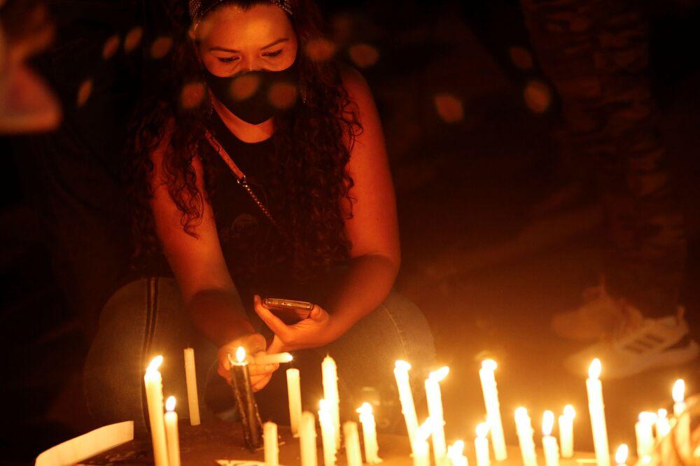 Em Brasília, mulher acende vela diante do supermercado Carrefour em protesto contra a morte de João Alberto Silveira Freitas