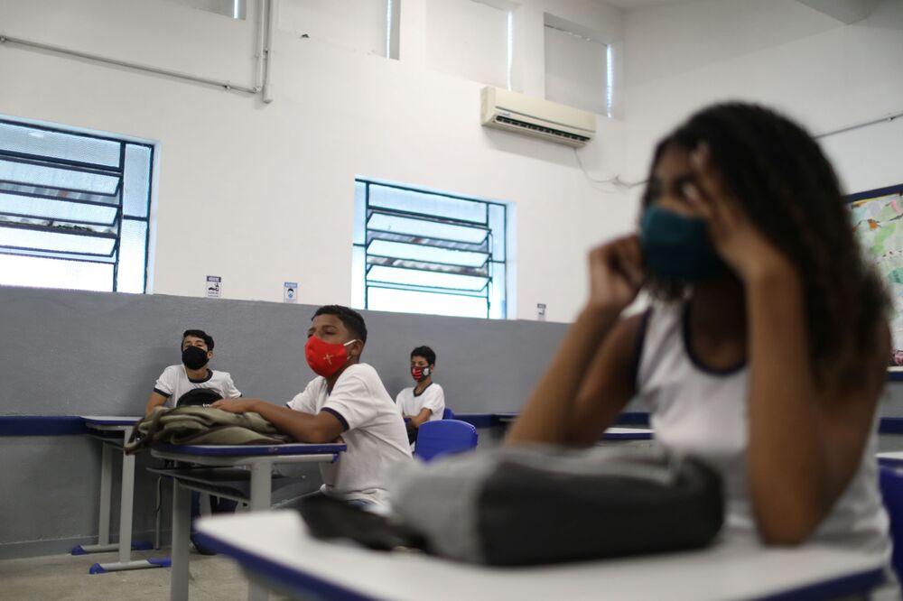 No Rio de Janeiro, alunos de escola com máscaras para se protegerem da COVID-19 assistem a aula, em 24 de novembro