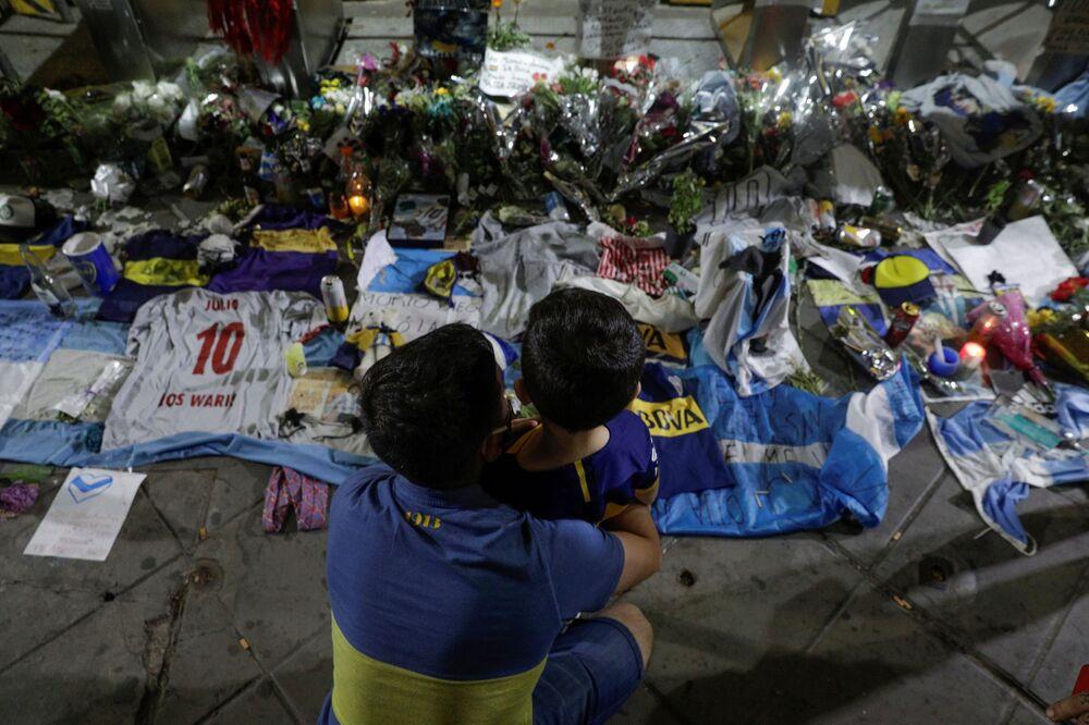 Em Buenos Aires, pessoas prestam tributo ao falecido jogador Diego Maradona com camisas de futebol