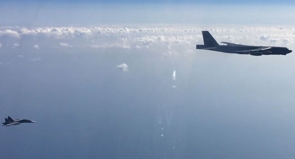 Caça russo Su-27 e bombardeiro estratégico americano Boeing B-52H Stratofortress voando sobre o mar Negro