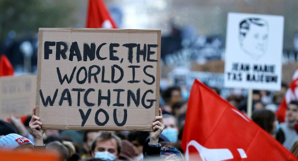 Pessoas com faixas e cartazes participam de uma manifestação contra o Projeto de Segurança Global em Paris, no dia 28 de novembro