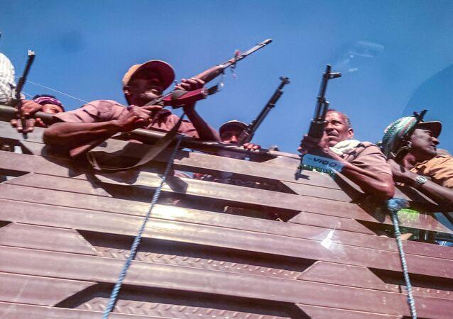 Combatentes de milícia pró-governo se dirigem para a zona de guerra na região de Tigré