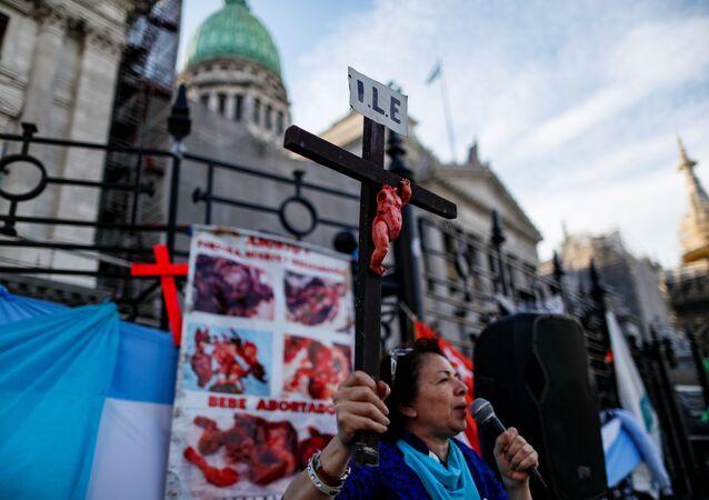 Manifestante protesta contra projeto de lei de legalização do aborto na Argentina