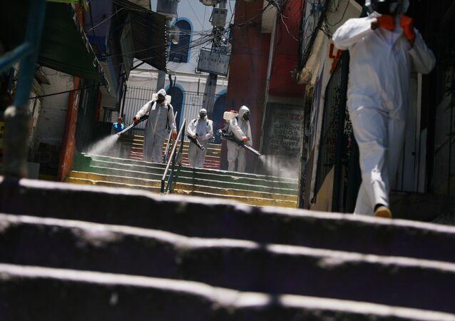 Voluntários higienizam escadaria na favela Santa Marta, no Rio de Janeiro