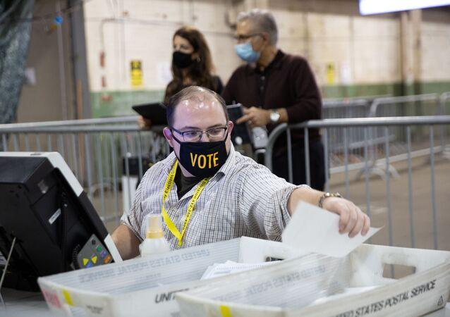 Funcionário trabalha na apuração dos votos em Pittsburgh, na Pensilvânia