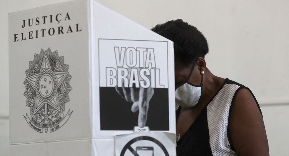 Mulher vota em São Bernardo do Campo, em São Paulo, no primeiro turno das eleições municipais no Brasil