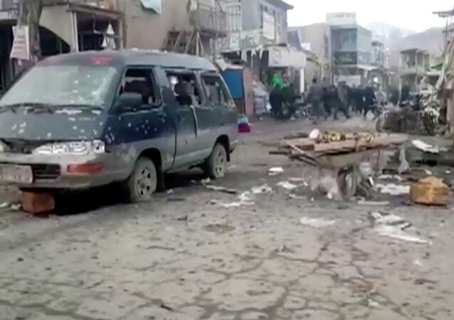 Veículo queimado após explosões gêmeas na província de Bamiyan, Afeganistão, 24 de novembro de 2020