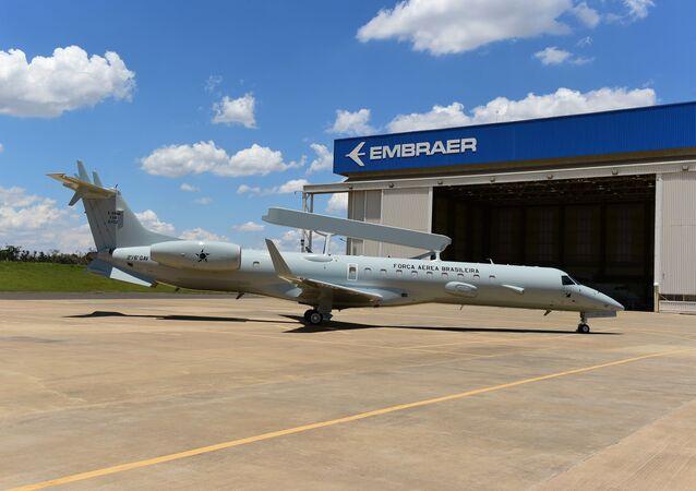 Primeiro avião E-99M modernizado