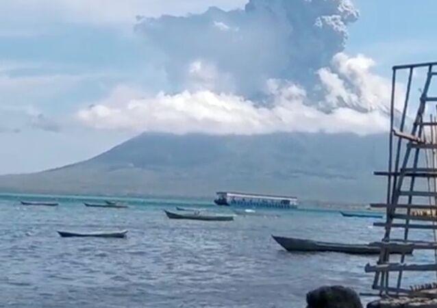 Erupção do Monte Ile Lewotolok é vista em Lembata, província de East Nusa Tenggara, na Indonésia, em 29 de novembro de 2020.