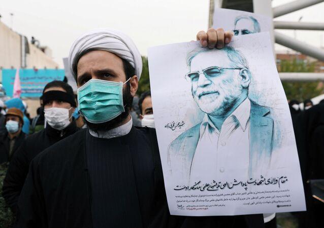 Manifestante exibe foto de Mohsen Fakhrizadeh, o cientista nucelar assassinado no Irã