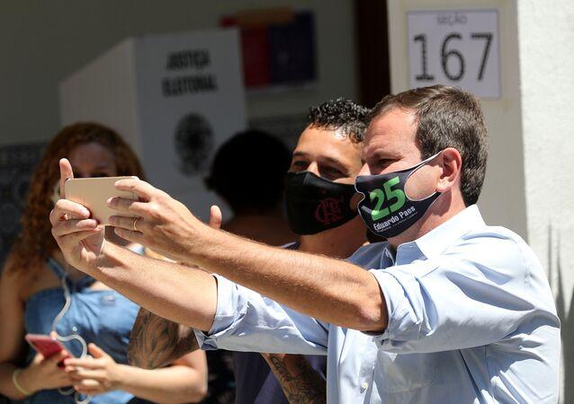 Eduardo Paes, candidato a prefeito no Rio de Janeiro pelo DEM, vota em São Conrado