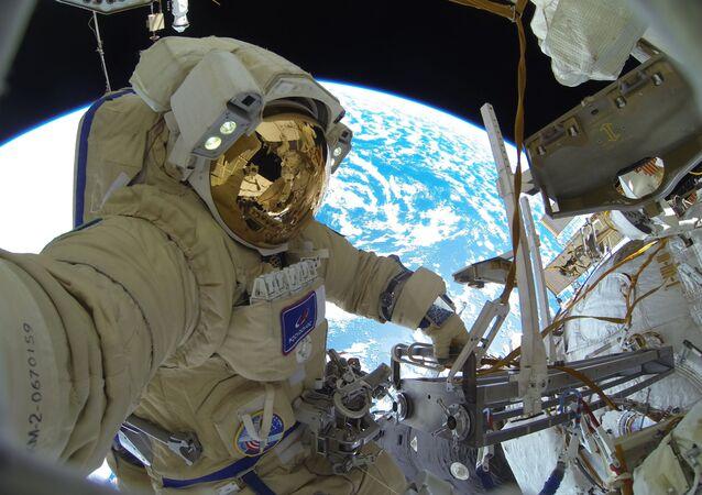 Cosmonauta da Roscosmos Sergei Kud-Sverchkov durante seu passeio no espaço