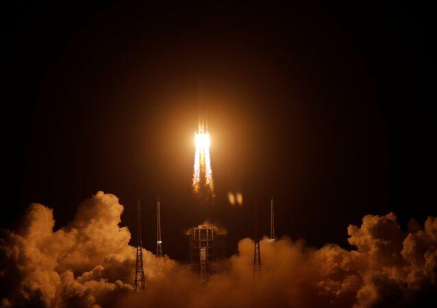 Foguete Longa Marcha-5 Y5, carregando a sonda lunar Chang'e-5, decola do Centro de Lançamento Espacial de Wenchang, em Wenchang, província de Hainan, China, 24 de novembro de 2020