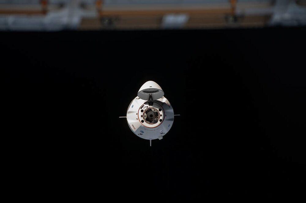Em 16 de novembro, o foguete SpaceX Crew Dragon chegou à Estação Espacial Internacional para acoplamento, carregando os astronautas da NASA Michael Hopkins, Victor Glover e Shannon Walker e o astronauta da Agência de Exploração Aeroespacial do Japão Soichi Noguchi. Na imagem a nave espacial Crew Dragon está se aproximando da estação espacial, tendo acoplado à 01h01 no horário de Brasília