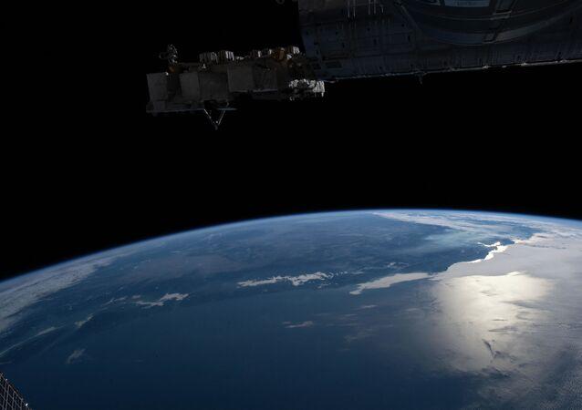 Orbitando a mais de 320 quilômetros por cima da Terra, o planeta a que chamamos nossa casa, a tripulação da Estação Espacial Internacional tirou esta imagem da borda da Terra, ou horizonte, com luz do Sol brilhando acima do oceano Pacífico e baía de San Francisco em 1º de novembro de 2020