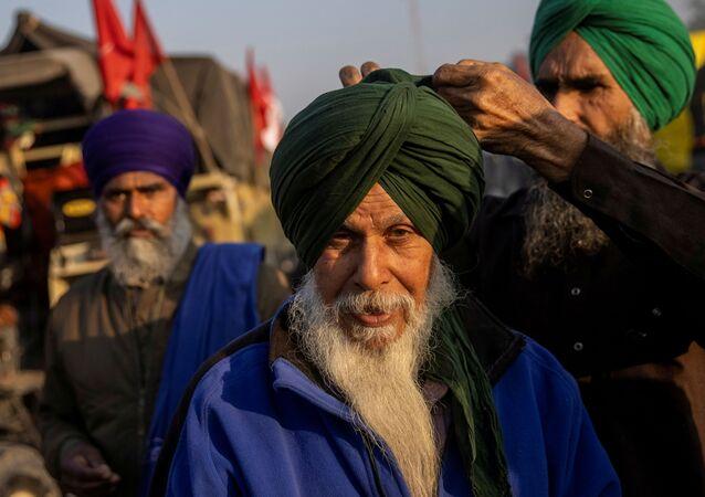 Fazendeiros indianos protestam contra novas leis agrícolas na região de Singhu, Índia, 28 de novembro de 2020