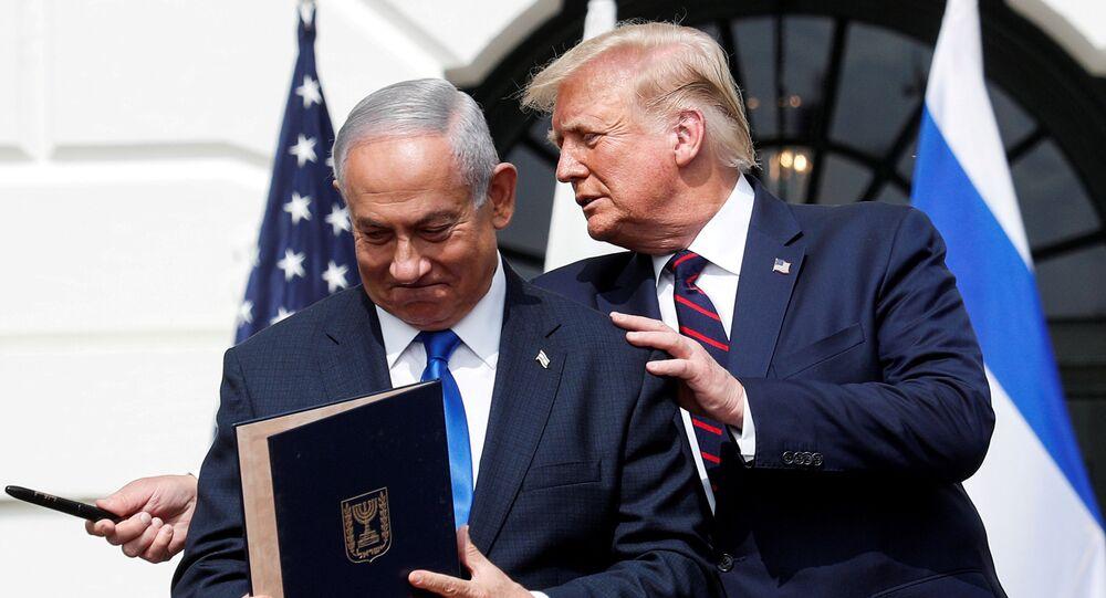 Benjamin Netanyahu, primeiro-ministro de Israel, junto a Donald Trump, presidente dos EUA, após assinar os Acordos de Abraão