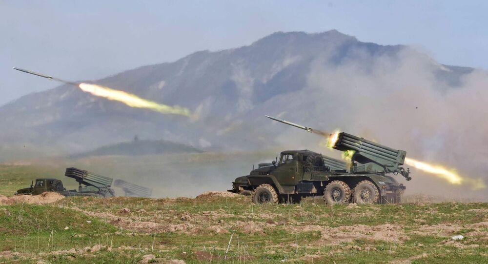 Lançadores múltiplos de foguetes Grad lançam salva de foguetes durante exercício conjunto de militares russos e tajiques no Tajiquistão
