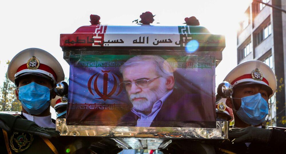 Membros das forças iranianas levam o caixão do cientista nuclear iraniano Mohsen Fakhrizadeh-Mahabadi durante a cerimônia fúnebre em Teerã