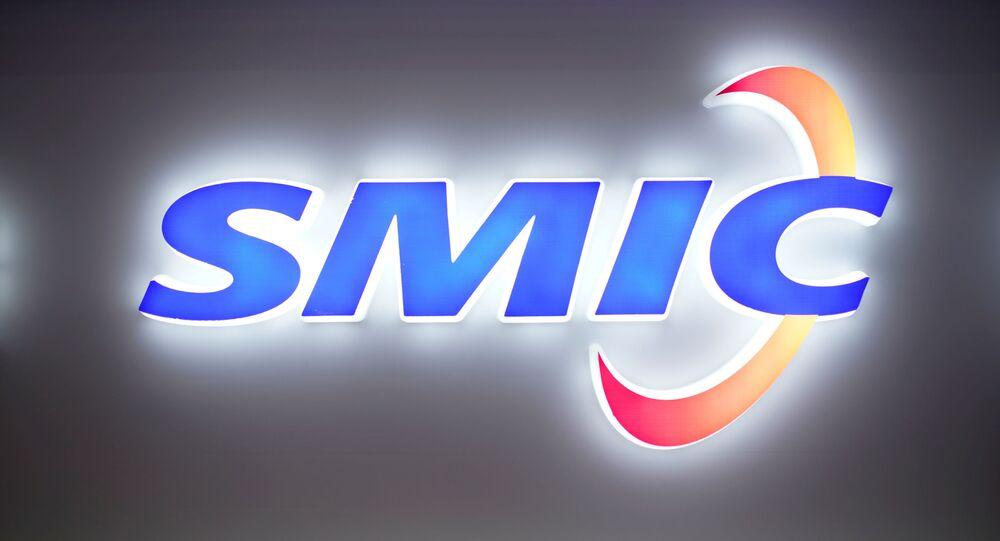 Logotipo da Corporação Internacional de Fabrico de Semicondutores (SMIC, na sigla em inglês) em exposição na China em 2020