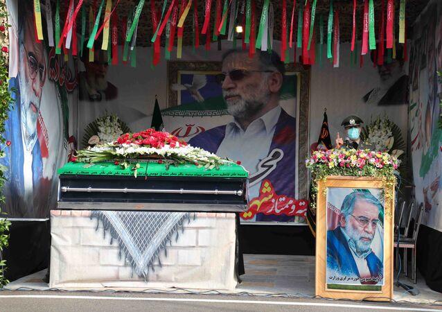 O ministro da Defesa do Irã, Amir Hatami, fala durante cerimônia fúnebre do cientista nuclear iraniano Mohsen Fakhrizadeh-Mahabadi, em Teerã, Irã