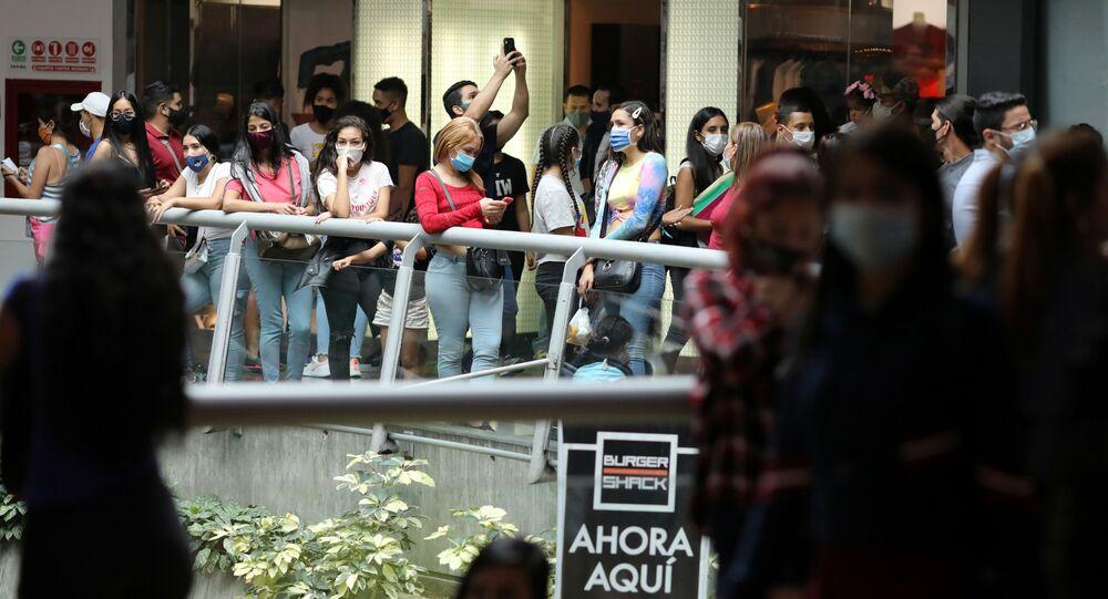 Venezuelanos se concentram em shopping de Caracas durante vendas da Black Friday