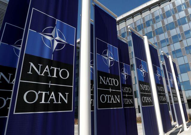 Cartazes junto da sede da OTAN em Bruxelas, Bélgica, 19 de abril de 2018