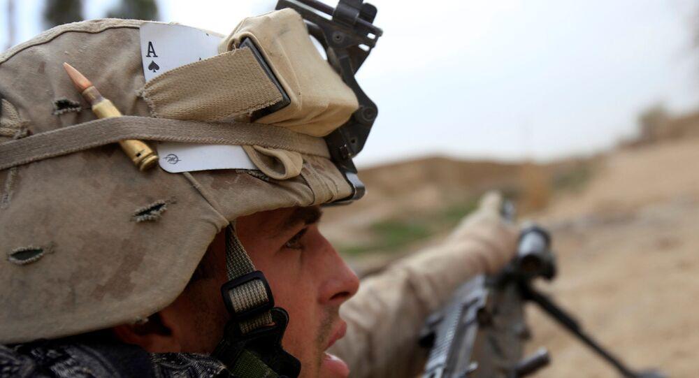 Fuzileiro naval dos EUA gesticula durante uma operação militar em Marjah, província de Helmand, 21 de fevereiro de 2010