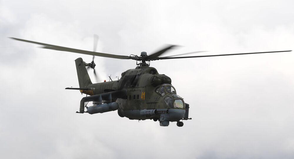 Helicóptero Mi-24 durante exercícios militares (imagem referencial)