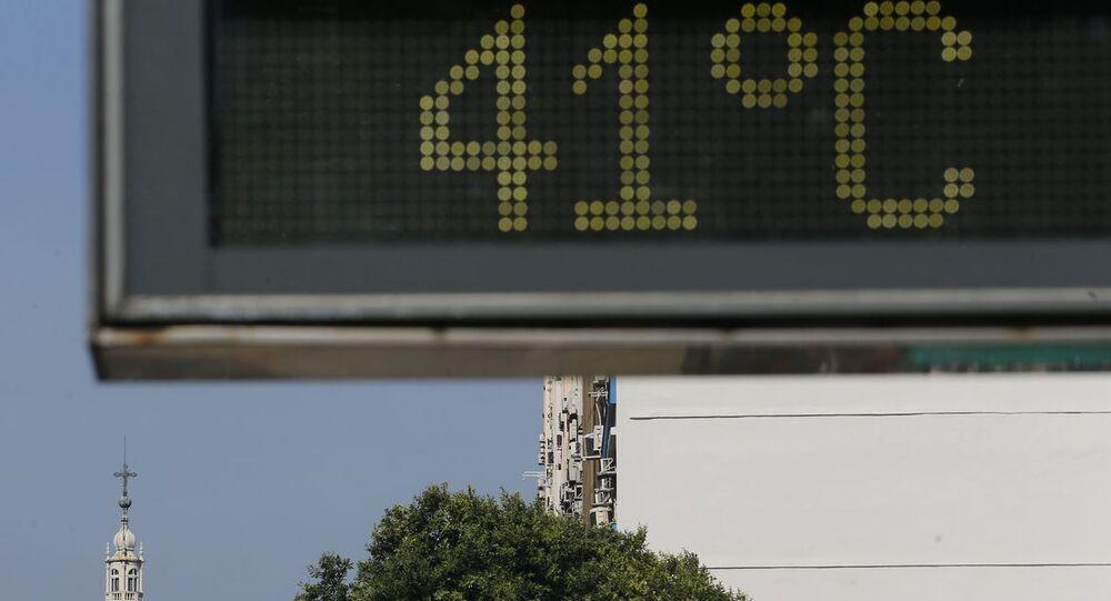 Termômetro de rua marca 41°C no Rio de Janeiro.