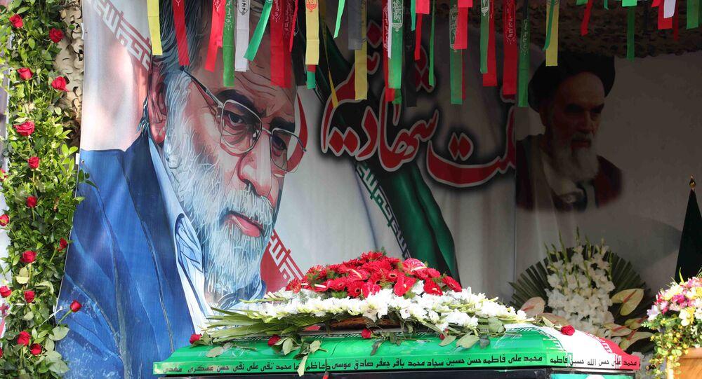 Imagem e caixão com o corpo do cientista nuclear iraniano Mohsen Fakhirzadeh durante funeral em Teerã no dia 30 de novembro de 2020