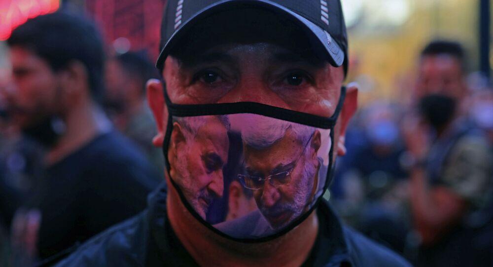 Homem usa máscara protetora com imagem dos militares assassinados pelos EUA Qassem Soleimani e Abu Mahdi al-Muhandis, em Kerbala, Iraque, 7 de outubro de 2020