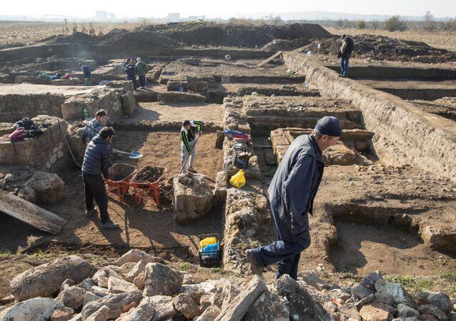 Arqueólogos desenterram ruínas de um quartel-general romano na antiga cidade de Viminacium, perto de Kostolac, Sérvia