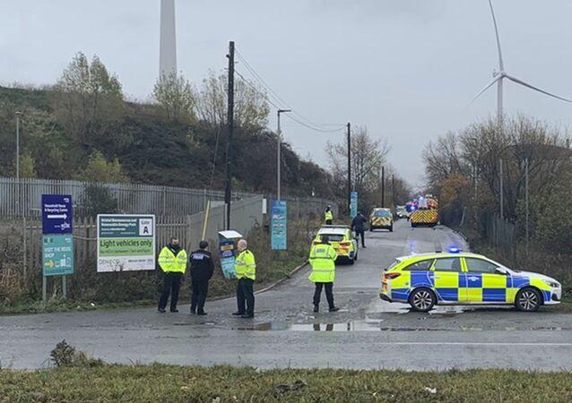 Policiais comparecem ao local de uma grande explosão, quinta-feira, 3 de dezembro de 2020, próximo à cidade de Bristol, no sudoeste do Reino Unido