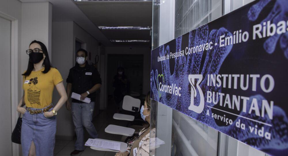 Movimentação de voluntários e médicos em unidade de testes da CoronaVac, no Instituto Emílio Ribas (Butantan) região central de São Paulo