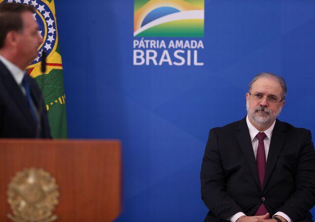O presidente Jair Bolsonaro e o procurador-geral da República, Augusto Aras, em Brasília, em abril de 2020