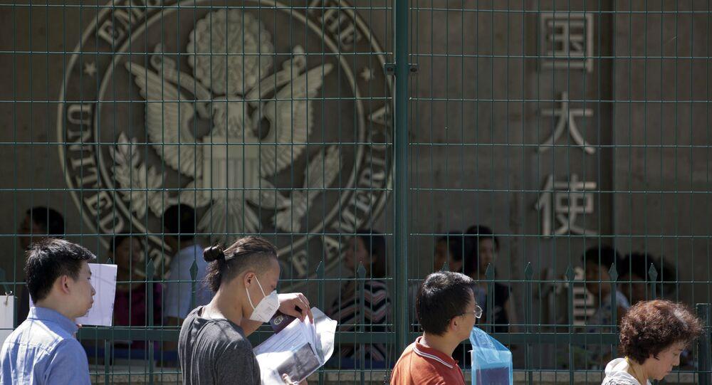 Pessoas aplicam para visto norte-americano na Embaixada dos EUA em Pequim, China (foto de arquivo)
