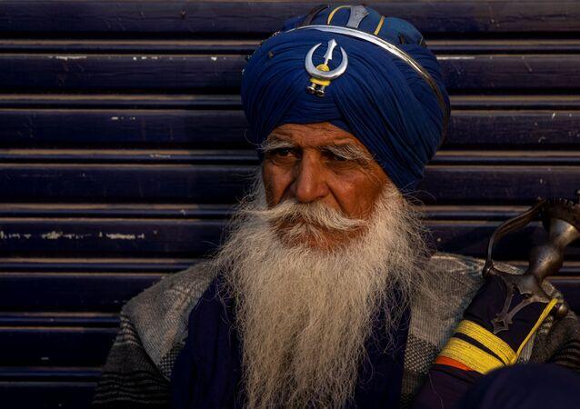 Fazendeiro participa de protesto em rodovia, nas proximidades da capital indiana, Nova Deli, 3 de dezembro de 2020
