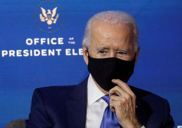 Provável ganhador das eleições norte-americanas, Joe Biden, durante reunião em seu gabinete de transição, em Wilmington, Delaware, EUA, 1º de dezembro de 2020