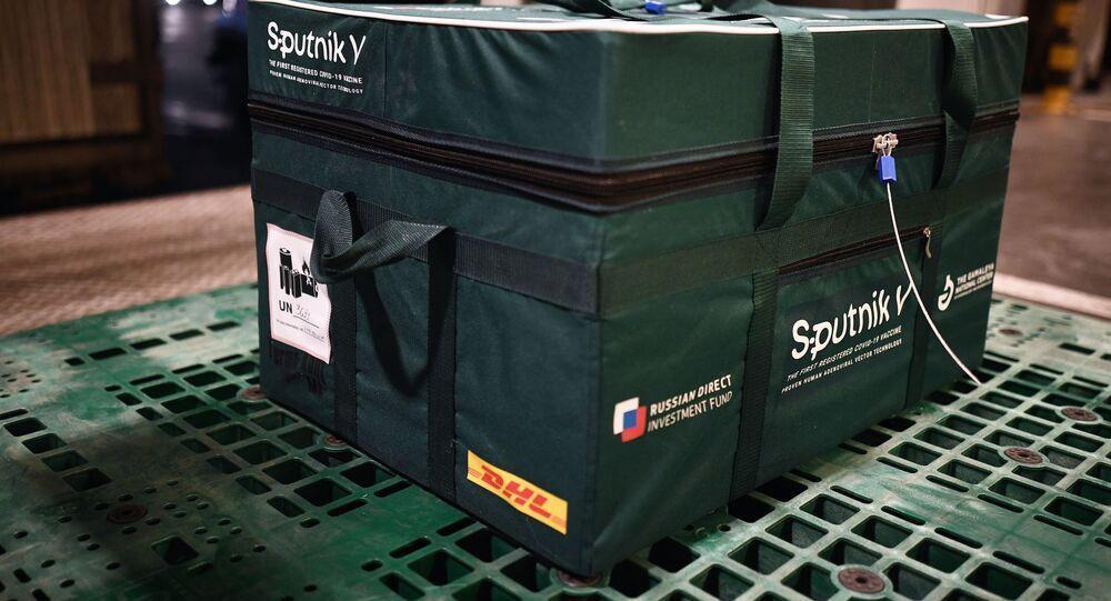 Caixa com vacinas Sputnik V contra a COVID-19 em aeroporto internacional de Moscou, Rússia, 2 de dezembro de 2020