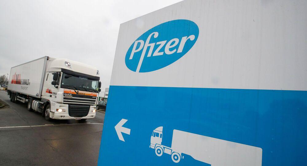 Em Purs, na Bélgica, um caminhão refrigerado deixa um fábrica da Pfizer, em 3 de dezembro de 2020
