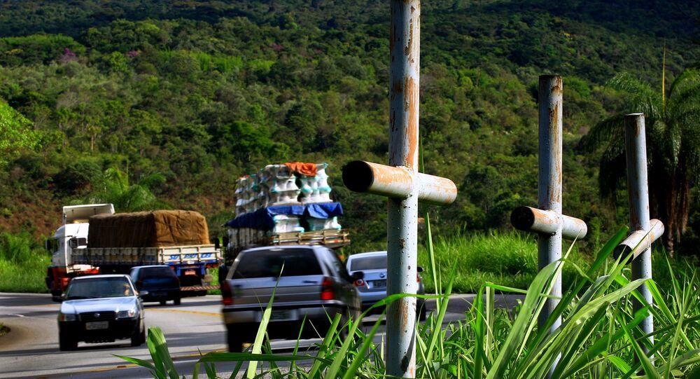 Cruzes indicando acidente fatal na beira da rodovia BR 381, km 426, sentido Vitória-Belo Horizonte