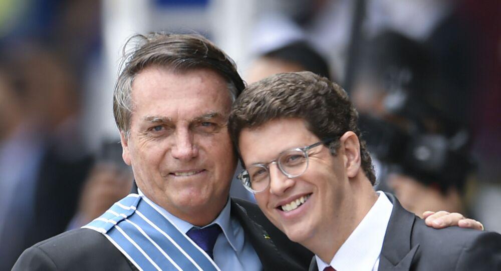 Presidente Jair Bolsonaro participa de cerimônia do Dia do Aviador e da Força Aérea Brasileira, em Brasília, ao lado do ministro Ricardo Salles, do Meio Ambiente, no dia 23 de outubro de 2020