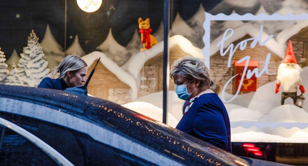 Primeira-ministra noruguesa, Erna Solberg, numa rua da capital Oslo, após entrevista coletiva sobre a COVID-19 no dia 2 de dezembro de 2020