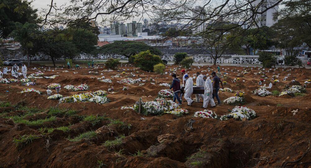 Sepultadores e parentes carregam caixão com vitima da COVID-19 no cemitério da Vila Formosa, na zona leste de Sao Paulo no dia 19 de junho de 2020