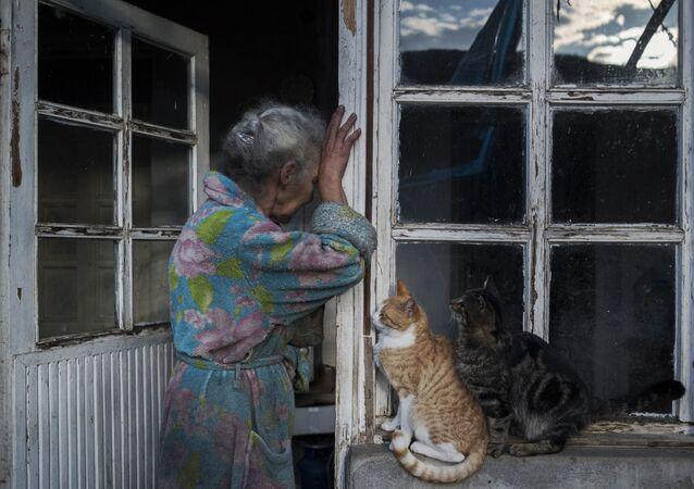 Mulher idosa perto de sua casa na cidade de Lachin (Berdzor) em Nagorno-Karabakh