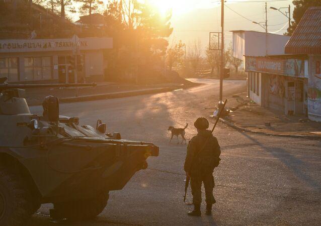 Militares da força de paz russa em uma rua da cidade de Lachin (Berdzor) em Nagorno-Karabakh