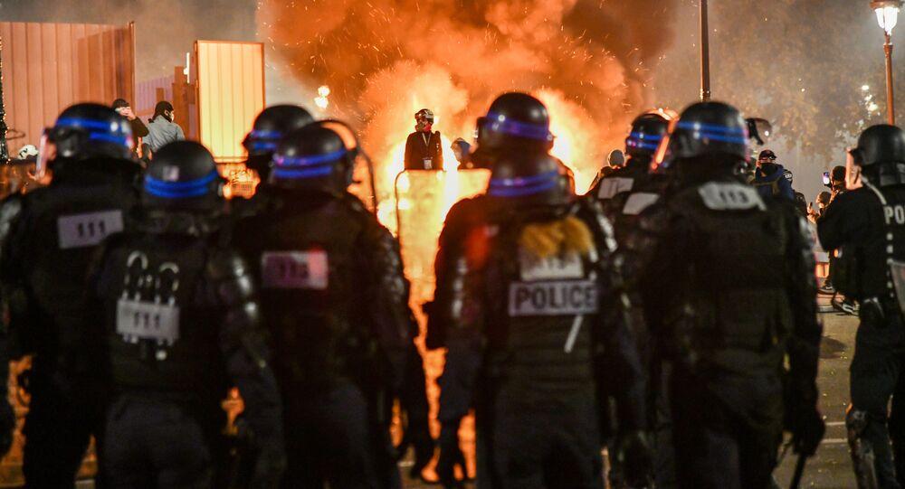 Policiais durante protestos em Paris contra a atuação das forças de segurança contra migrantes e as emendas à lei da Segurança Nacional