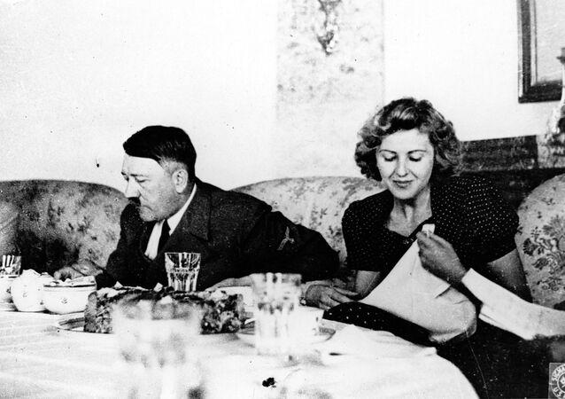 Foto sem data mostra líder alemão Adolf Hitler e sua amante Eva Braun durante jantar.