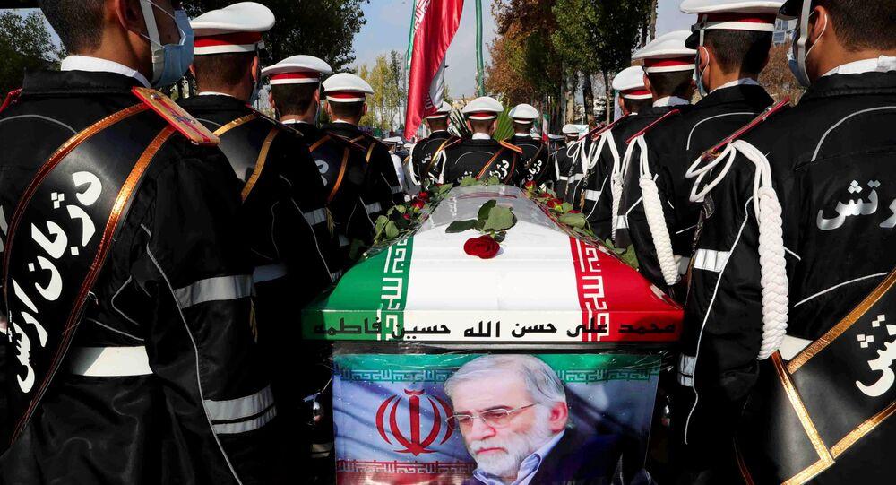 Militares iranianos carregam caixão do cientista nuclear Mohsen Fakhrizadeh durante a cerimônia fúnebre em Teerã, Irã, 30 de novembro de 2020